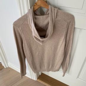 Næsten ny Hilfiger Tailor sweater. Kun brugt 1 gang.  Kan sendes eller afhentes i Kbh.