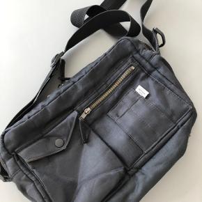 Bel Air Cappa taske fra Mads Nørgaard. Er brugt og har naturligt slid (se billeder nedenfor), men fremstår helt fin og kan sagtens bruges :) Nypris 600 kr.