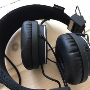 Gamle høretelefoner fra urban ears. De er brugt meget få gange, og har ellers bare ligget i en skuffe. Fremstår derfor som nye. Rundt stik.