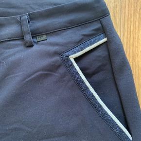 Mørkeblå bukser i str 44. Lækker detalje ved lommerne    Front: 65% viscose 30% bomuld 5% elastan   Bag: 60% viscose 35% polyamid 5 % elastan   #30dayssellout