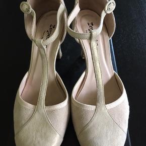 55c47c0086e Super smukke Repetto Baya sko / sandaler med t-rem. De er i nude