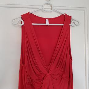 Fin rød draperet top i dejlig blød let elastisk kvalitet. Brugt få gange  Mål Længde: 84cm Bryst: 45cm Talje: 48cm Bundkant: 57cm