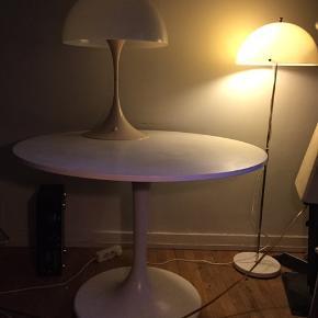 Flot Verner Panton spisebord i hvid, sælges..    Bordet er fra engang i 80'erne, og er i god stand for alderen..   Det kunne godt trænge, til en gang ny maling på bordpladen, hvis det skulle være, men ellers ingen anmærkninger..   Det måler ca 110 cm Ø, og 75.cm høj..    SE OGSÅ ALLE MINE ANDRE ANNONCER.. :D