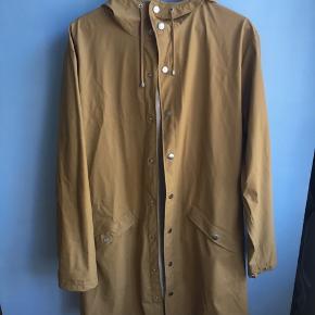 """Rains """"long jacket"""" str. S/M i khakifarve. Der er brugstegn (jeg kan sende flere billeder), derfor prisen.   Kom med et bud 🌸  Kan prøves/afhentes på Vesterbro eller sendes på købers regning."""