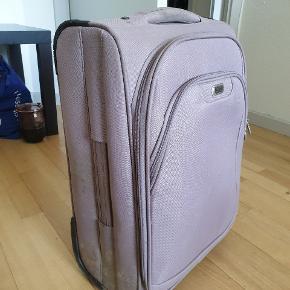 Meget fin taske af Aries Travel. Håndtag og stof af høj kvalitet. Ved køb af varer over 150 kr gives 50% på alle varer under 100 kr 💰