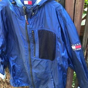 Vintage Tommy Hilfiger (regn) jakke sælges  Str L / over size (jeg er en str 40 og passer den fint )