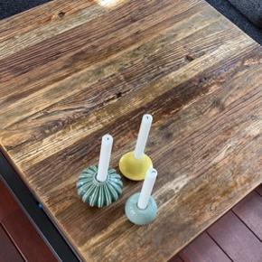 Bordplade i elmetræ, stel i metal.  Virkelig lækkert bord som vi har haft i et par år og været virkelig glade for - men vi er flyttet og synes ikke at bordet passer til gulvet i vores nye hus, derfor sælger vi.  Det er passet og plejet og har ingen brugsspor, det er jævnligt vokset med voks specielt til træet, og det står derfor rigtig flot.  Np 4000,-