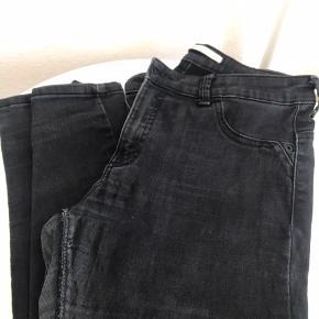 """Der er hverken huller eller andre skader på disse jeans! Men de er brugte, og det kan også ses på billederne, dog er de ikke i dårlig stand. Bukserne er fra mærket """"Bershka"""", og har længden 32."""