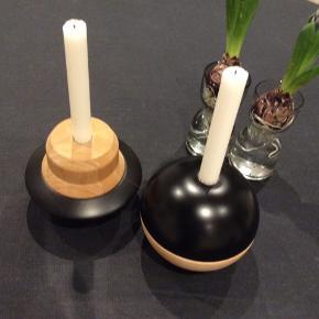 2 OYOY tippetop lysestager i træ/sort sælges samlet. Stor størrelse.