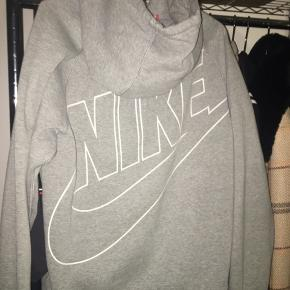 Nike zip up hoodie strl s herremodel  Den grå skygge på billedet er IKKE en plet!  BYD gerne, men r realistisk:)