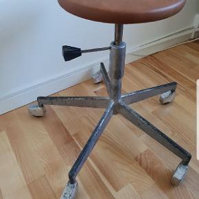 Lækker skammel på hjul, nybetrukket med slidstærkt kunstlæder. Siddehøjde kan justeres