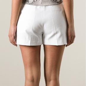 Skal du på ferie i de varme lande ? Flotteste hvide tailor shorts fra Italienske Barbara Bui str 38.  Aldrig brugt. Stadig tags på.  Nypris 2000 kr. Sender gerne