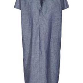 Brand: And Less Varetype: Kjole Farve: Denim blå Oprindelig købspris: 900 kr. Prisen angivet er inklusiv forsendelse.  Ny kjole fra And Less som kun har været brugt en gang.   Er i størrelse 34 og har slidser i siden.  Skjorte krave og slids detalje i udskæring  Lommer i sidesøm  Materiale: 55% hør 45% bomuld  Købt for kr. 900,- og sælges for kr. 400,- incl. porto.