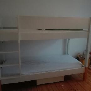 Køjeseng fra Trælastvarerne i god stand. To mindre skruehuller i sengegavl. Nypris 7000 kr.