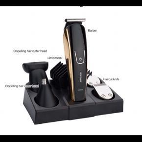 hårtrimmersæt med en 8-i-1 funktion  hårtrimmer kan derfor bruges som både hårklipper, barbermaskine, skægtrimmer/moustache, næse/øre-trimmer og mini trimmer til detaljer  trimmeren medfølger også stander, oplader, rengøringsbørste, kam og smøreolie  Rengør trimmeren ved at fjerne bladet, børst hårene væk med rensebørsten, dryp regelmæssigt bladet med smørolie.  Bladene er Rustfrit stål og vaskbar   Den er helt ny og aldrig blevet brugt før