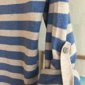 Fin sweater i viscose, nylon og elestan Ærmerne kan smøges op med en knap se foto el blot tages ned som som bluse Alm str small