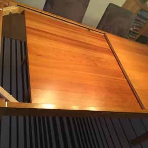 GIV ET BUD - Spisebord i kirsebær (laminat). B90xL160H74 + tillægsplade på 100cm, der kan skjules under bordpladen. Få brugsspor