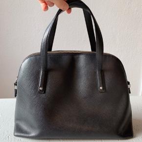 Virkelig flot Felicity sort taske fra ECCO. 100% ko læder 🌈 Flot for og ingen skader på tasken. Sender gerne flere billeder 🤗   Med tre rum én med lynlås. Ned nøglesnor i læder.   Nypris: 1600kr   Sender gerne 💌
