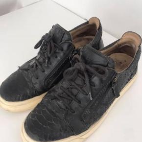 Sneakers fra Giuseppe Zanotti. Som det ses på billederne er de meget brugt, og derfor sælges de billigt! Nypris ca 4000 kr. Både hælen og sålen er meget slidt. Str 39.