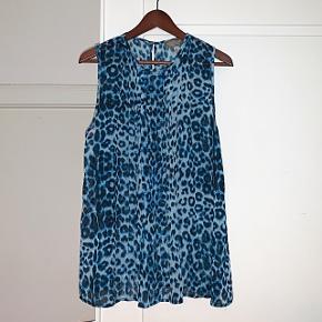 Virkelig fin plisseret top fra The Wardrobe i blå leopard print. Str. S, men den er oversize så kan også passe en M-L 😊