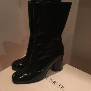 Costa støvler i sort lak - perfekt stand.  Aldrig brugt. Har æske, dustbag og kvittering. Nypris 2700 kr.