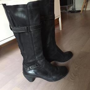 Flotte og velholdte støvler fra Khrio. De er kun brugt meget lidt, hvilket også kan ses på bunden. Sidder flot på benet. Sælges da jeg ikke er god til at bruge lidt høj hæl. Ellers behagelige at gå i. Der pålægges porto, mobilepay er også en mulighed.  Super smarte støvler Farve: Sort Oprindelig købspris: 1100 kr.