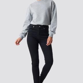 Suuper fin sweater fra nakd. Aldrig brugt. Str L men fitter fint en M (mig selv)  Mindste pris er 100 da den aldrig er blevet brugt og ny pris er 179 kr🧡