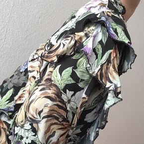 Meget smuk skjorte fra H&M. 😍 Der står str. 40 i mærket, men vil mene den svarer mere til en str. 42. Nogen steder, er der trukket i lidt tråde, som ses på sidste billede, man ligger ikke mærke til det, når man har den på.  Kan sendes eller afhentes på Amager.  Tjek også mine andre annoncer ✨