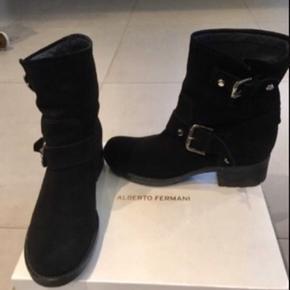 Bikerstøvler Ankelstøvler   Farve: Sort ruskind  Skønne støvler fra Alberto Fermani Superfine, I den aller bedste ende af gmb.  Tæt på næsten som ny.