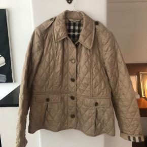 Smukkeste jakke fra Burberry.  Den er brugt 3 gange og fremstår derfor som helt ny. Den har kostet ca. 6000kr. Passes af en m - l - xl