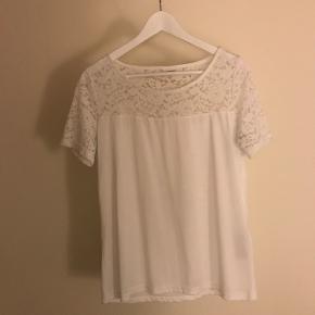 BYD Brugt 1 gang  Hvid t-shirt med blonde overdel