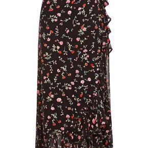 Ganni nederdel med slå om effekt og bindebånd. Sort let stof med blomster. Aldrig brugt. Str 40.