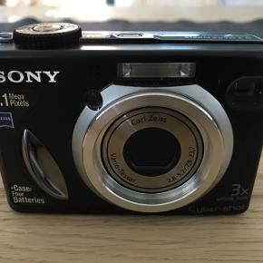 SONY 5,1 MP. Kameraet er ikke slidt, men har et lille hak efter det er blevet tabt, vil jeg tro. Afhentes af køber så der ikk er tvivl om stand.