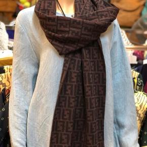 Fendi zucca halstørklæde i uld, con 9, ny pris 2400,-