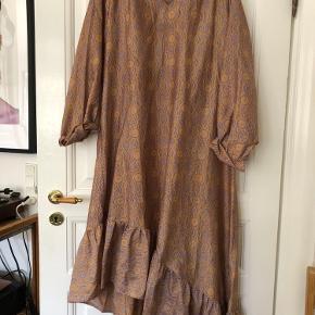 Super fin kjole fra Sissel Edelbo i 100% genbrugssilke med fine detaljer i bunden 🌸 Det er en størrelse S/M men en L vil også kunne passe den vil jeg mene ☺️