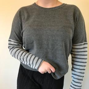 Sælger denne grå sweatshirt med striber på ærmerne da den bare ligger i skabet og ikke bliver brugt, ligesom meget af mit andet tøj jeg har til salg 😜Sælges billigt da jeg bare skal af med det Mærket er vero moda  Det er størrelse s og jeg er selv en small/medium  Spørg gerne for mere information og billeder Sender gerne  Bytter også gerne😄