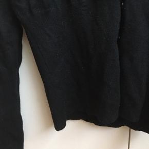 Brystvidden: 76cm  Dejlig blød cardigan fra Saint tropez i sort🌸 Brugt få gange🌸 Den er i super stand(er strammere i bunden) 82% viscose 18% elastane