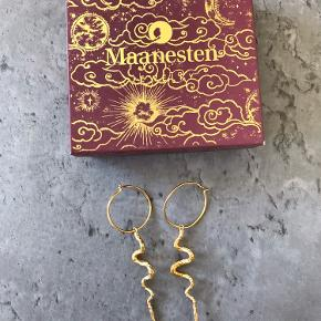 Brugt 2-3 gange  Sælges da jeg ikke får dem brugt  (Den ene ring er en smule bøjet, men det kan ikke undgås, da de kan være lidt svære at få i)  Nypris var 700kr BYD 🌸