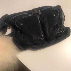 Nunoo clutch
