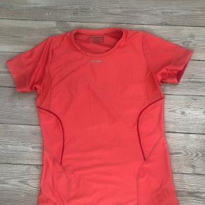 Træningstshirt fra Craft i god kvalitet. Farven er orange/pink. Den er godt brugt, men fejler intet.