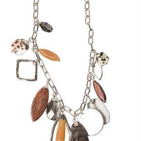 Varetype: -=NY=- SAFARI HALSKÆDE Størrelse: 40 - 48 cm (justerbar) Farve: Brun Oprindelig købspris: 1300 kr.  A&C JEWELLERY SAFARI HALSKÆDE  2054-0159  Håndlavet smykke fra norske A&C Jewellery Design Oslo.   Flot halskæde med perlevedhæng i orange, røde og brun-grå farver. Smykket er belagt med det eksklusive ædelmetal rhodium, der giver halskæden et blankt sølvhvidt udseende.  Halskæden er fra A&Cs eksklusive serie Essence. Essence er en høj kvalitets serie, hvor smykkerne er belagt med ægte rhodium eller ægte guld. Smykkerne er dekoreret med kombinationer af halvædelstene, glasperler, perler og perlemor.    Kædens længde: ca. 40 - 48 cm (justerbar)  Serie: Essence Model: Safari Style: 2054-0159   Varens stand: aldrig brugt
