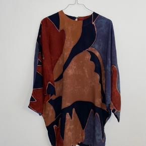 Vintage batik bluse/mini kjole. Fitter str. S/M. Har to knapper i nakken. God stand!