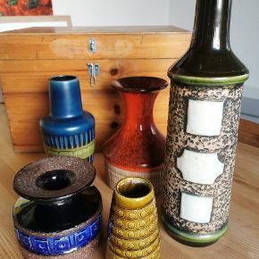 Annoncen er på den høje vase, på første billede. Super fin, høj retro keramik vase. W. Germany. Grafiske mønstre. Grøn. Ingen skår, kun alm. Slid/brugsspor.