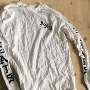 Hvid street trøje med tekst gotisk agtig  Købt for 300 kr i Flensborg Aldrig brugt Sweatshirt eller bluse, oversizd