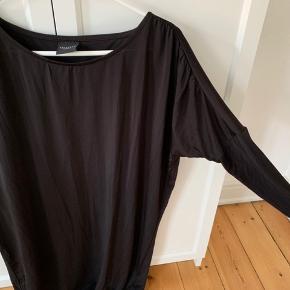 Hvis du finder andet tøj/sko på min profil, kan der laves en god pris😊   Afhentes i Odense C eller sendes på købers regning.