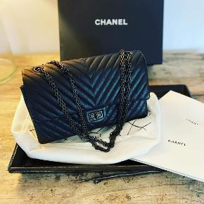So black Chanel dobbelt flab medium bag. Den blev udsolgt på en uge og er meget sjælden. Super klassisk taske i helt sort og med sort hardware. Lavet i lækkert lammeskind. Størrelse medium. Alt medfølger.