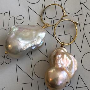 Store smukke barok perler i hvid eller rosa/nude.  Laves i 15 mm hoop forgyldt Sterling sølv eller Sterling sølv.   Pris pr stk 175.-   Fragtfri ved køb over 400.-
