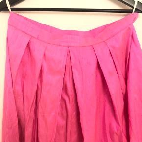 Smuk vintage midi nederdel i pink thaisilke. Flot til fest. Cirka str 40. Pris 300 inkl