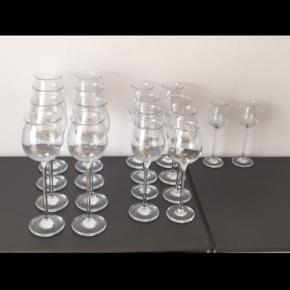 8 rødvinsglas, 8 hvidvinsglas og 2 portvinsglas i serien Ballet fra Holmegaard. Sælges samlet. Kan hentes på Nørrebro.