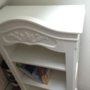 Så fin antik reol/bogreol med flotte detaljer, nymalet i hvid Jotun Lady, Mål 100x50x24cm.
